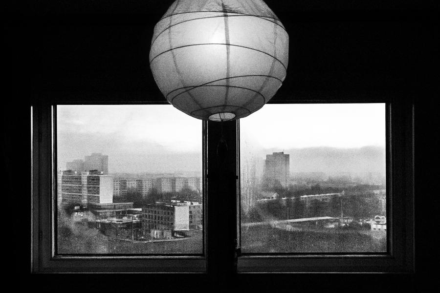 Blick aus dem Fenster eines Hochhauses im Ernst-Thälmann-Park in Berlin Prenzlauer BergFoto: Thomas KlingbergGenre: Dokumentarfotografie