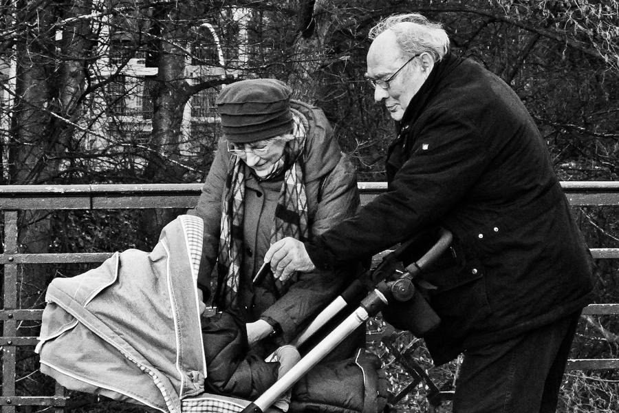 Während eines Spaziergangs entdeckt in Hamburg Eimsbüttel, Osterstraße: Großeltern wissen seit jeher, was für die Kleinsten gut ist...