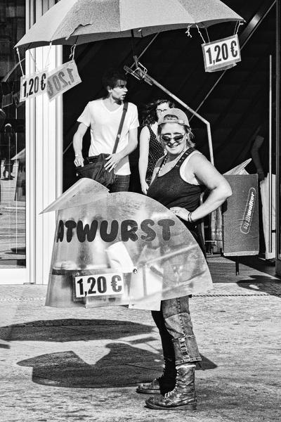 Bratwurstverkäuferin in Berlin, Alexanderplatz