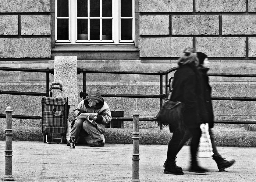 Obdachlose Frau auf der Invalidenstrasse in Berlin