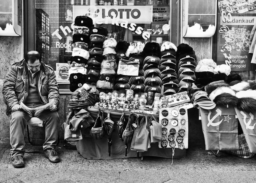 Souvenirhändler auf der Friedrichstrasse in Berlin
