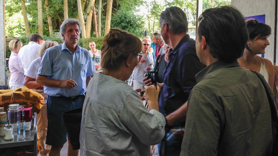 Eine gut besuchte Eröffnung der Fotoausstellung mit vielen interessierten Menschen