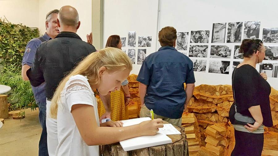 Große und kleine Gäste besuchten die Ausstellung FORST von Thomas Klingberg und trugen sich ins Gästebuch ein