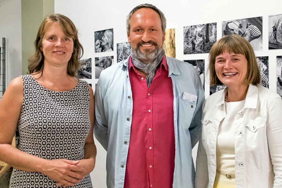Britta Zweigen, Thomas Klingberg und Düsseldorfs Vize Bürgermeisterin Claudia Zepuntke bei der Ausstellungseröffnung FORST