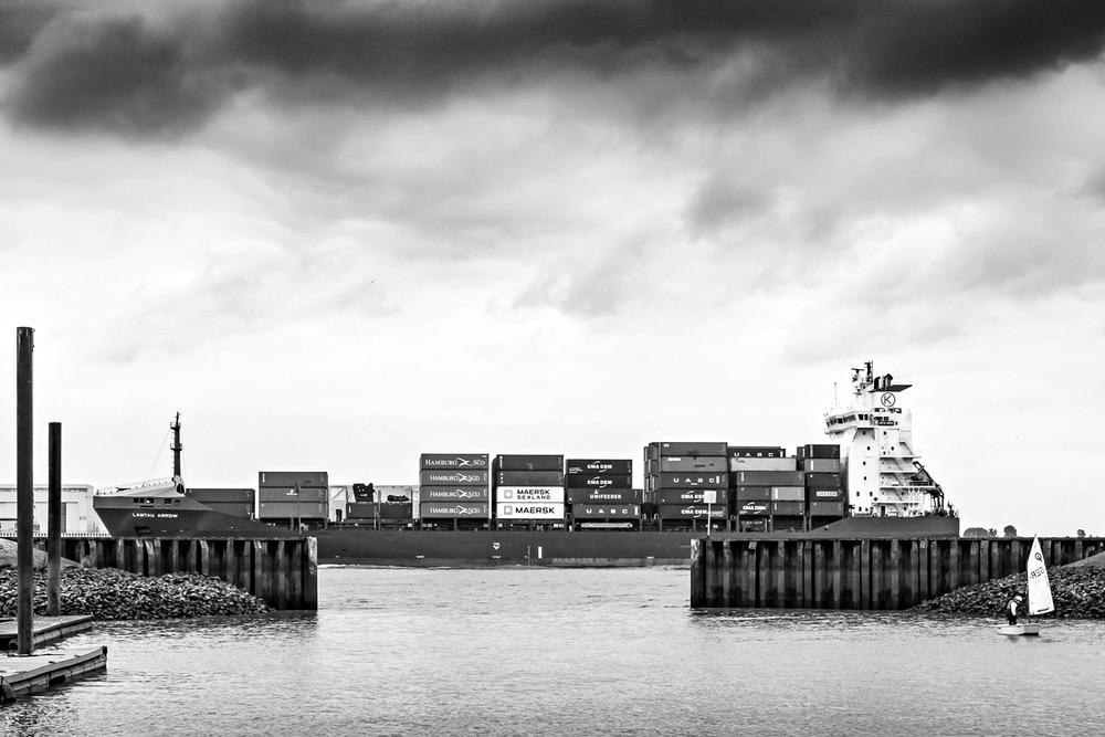 Hamburg Blankenese Segelschule Segelboot Containerschiff
