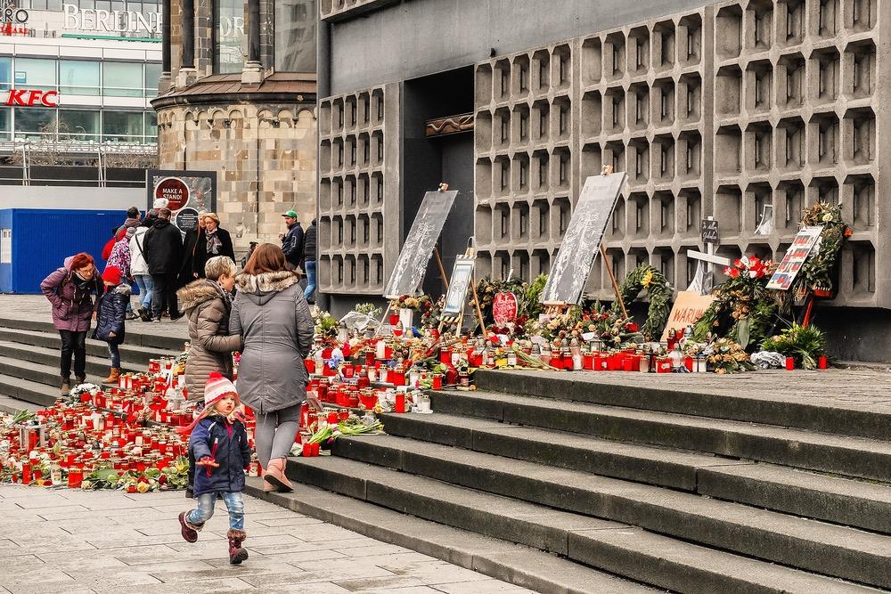 Berlin Kaiser-Wilhelm-Gedächtiskirche Trauerfeld nach Terroranschlag, Breitscheidplatz
