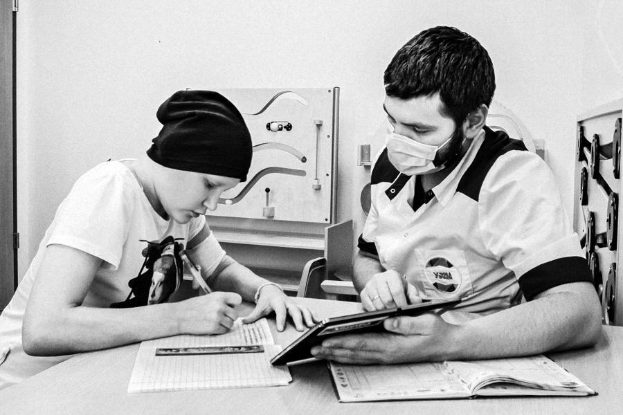 Das an Leukämie erkrankte Mädchen Walja mit ihrem Lehrer in der Moskauer Tagesklinik