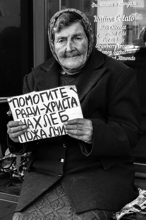 Sozialdokumentarische Fotografie - Um Almosen bittende Frau