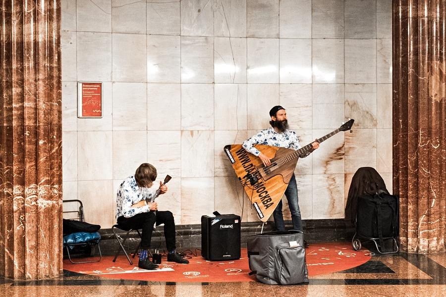 Strassenmusiker in der Metro in Moskau