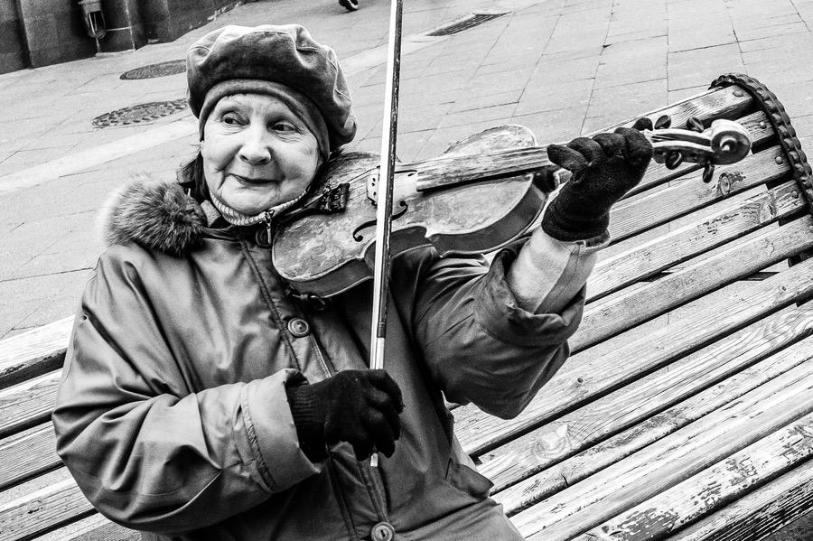 Straßenmusikerin in Moskau