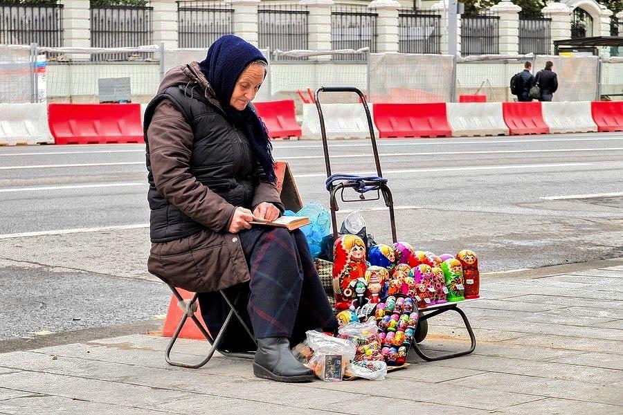 Matrjoschka Straßenverkäuferin in Moskau