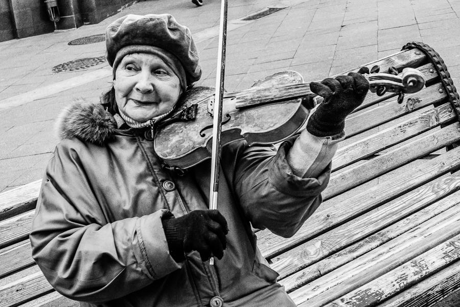 Straßenmusikerin aus Moskau. Foto: Thomas Klingberg. Genre: Sozialdokumentarische Fotografie, Dokumentarfotografie