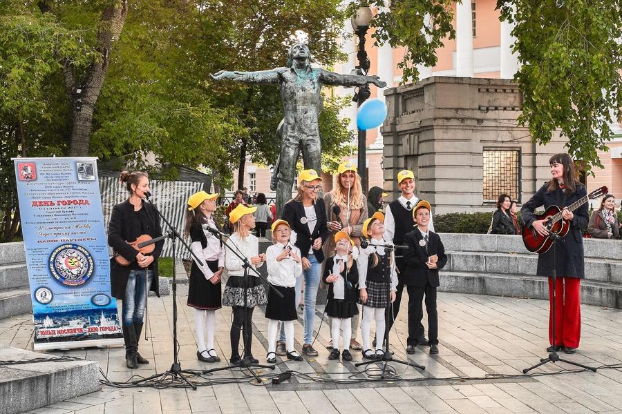 Jugendliche und Kinder in Moskau