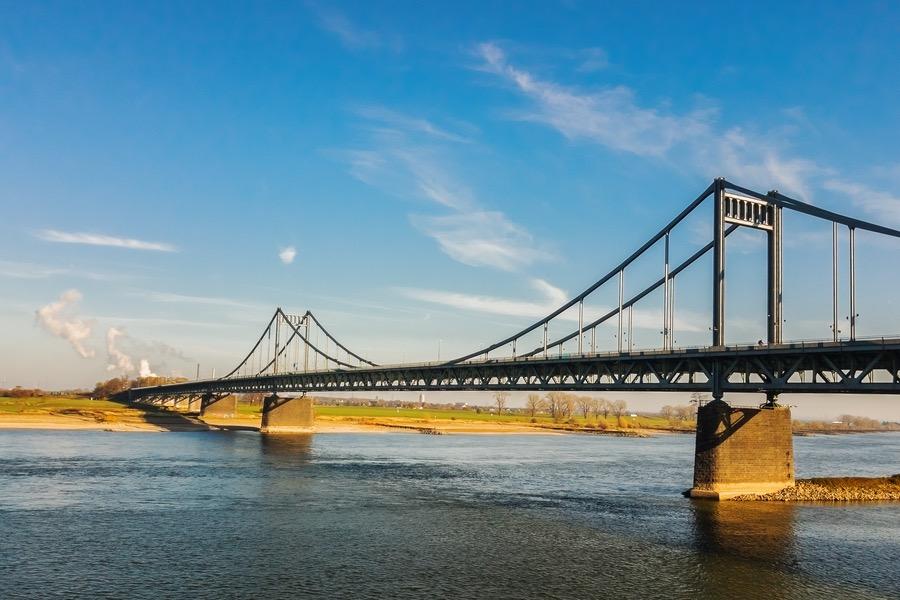Krefeld-Uerdinger-Brücke, auch Uerdinger Rheinbrücke genannt, verbindet den Krefelder Stadtteil Uerdingen mit Duisburg-MündelheimGenre: Dokumentarfotografie, ArchitekturfotografieFotograf: Thomas Klingberg