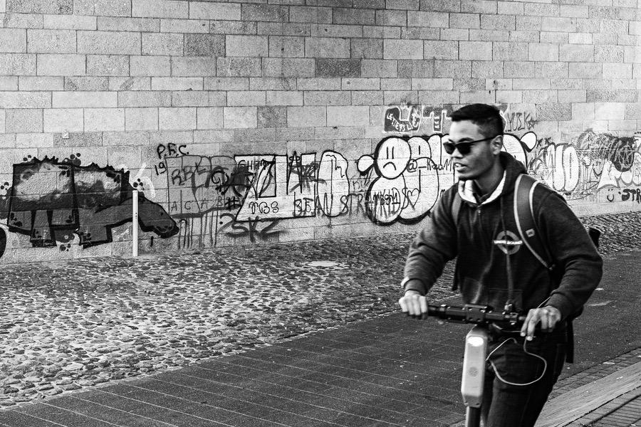 E-Scooter Düsseldorf, Mannesmann-Ufer. Genre: Street Photography