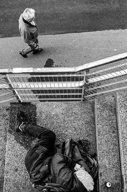 Armut in Düsseldorf. Wohnungsloser Mann am Rheinufer in Düsseldorf. Genre: Sozialdokumentarische Fotografie
