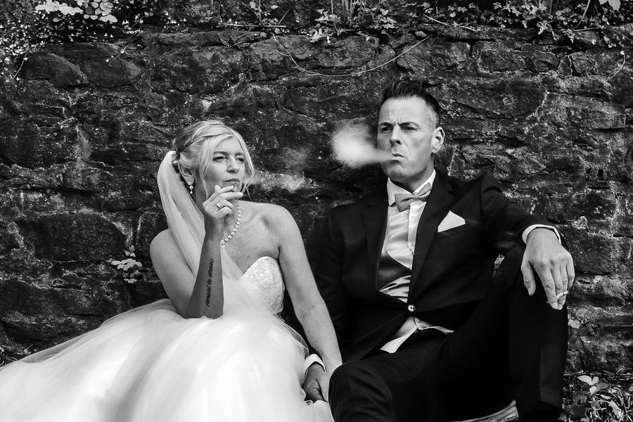 Geschafft! Schwarz-Weiß-Foto aus einer Hochzeitsreportage. Genre: Hochzeit, Dokumentation, Reportage. Hochzeitsfotograf Düsseldorf