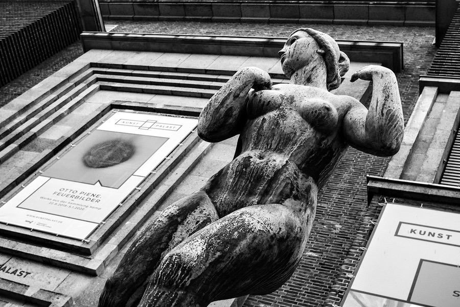 Weiblicher Akt des Bildhauers Ernst Gottschalk vor dem Museum Kunstpalast in Düsseldorf.