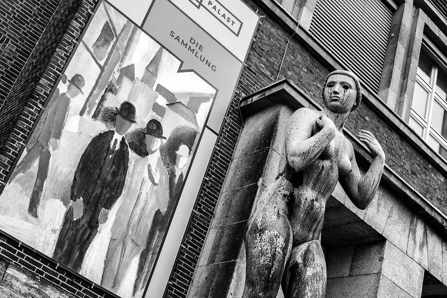 Düsseldorf, Museum Kunstpalast, Ehrenhof. Female nude by Ernst Gottschalk