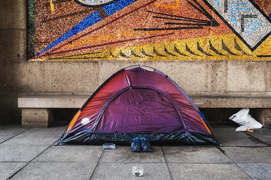 Obdachloser Mensch zeltet am Museum Kunstpalast, Ehrenhof, Düsseldorf. Sozialdokumentarische Fotografie.