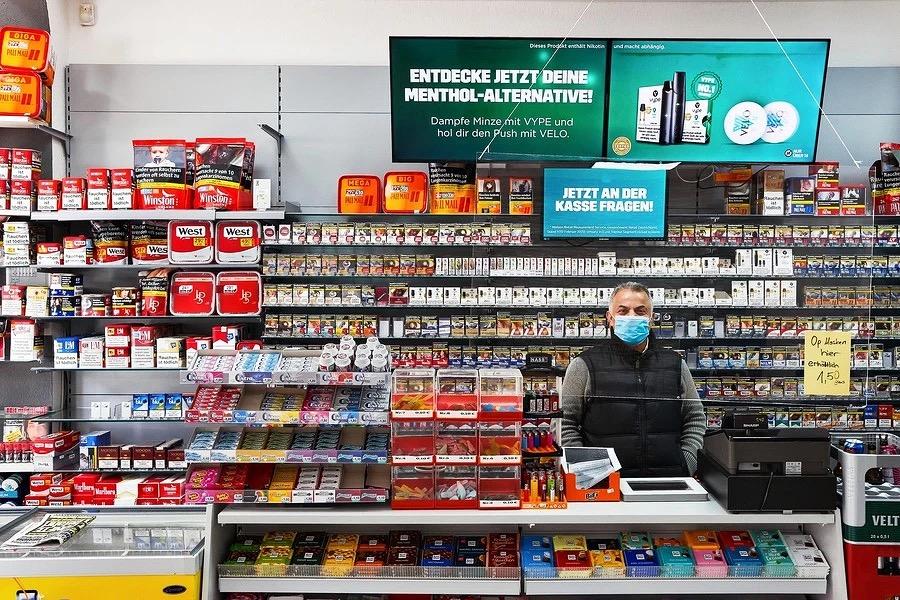 Düsseldorf während der Corona Pandemie. Kioskbesitzer Hassan. Genre: Dokumentarfotografie